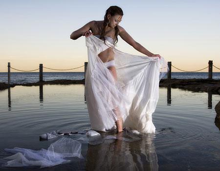 Фото девушка в рваном платье